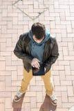 Uomo con il computer della compressa nella via. Immagini Stock