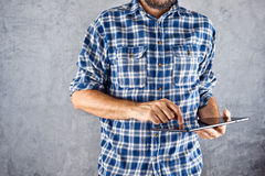 Uomo con il computer digitale della compressa Fotografia Stock