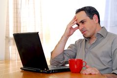 Uomo con il computer portatile Immagine Stock