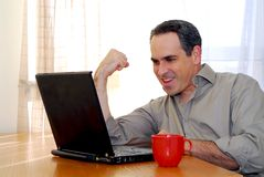 Uomo con il computer portatile Immagini Stock Libere da Diritti