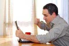 Uomo con il computer portatile immagine stock libera da diritti