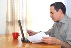 Uomo con il computer portatile fotografia stock