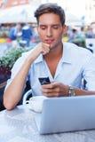 Uomo con il computer portatile all'aperto Immagine Stock