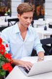 Uomo con il computer portatile all'aperto Immagini Stock Libere da Diritti