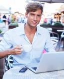 Uomo con il computer portatile all'aperto Immagine Stock Libera da Diritti