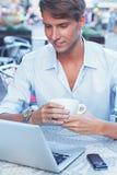Uomo con il computer portatile all'aperto Fotografia Stock Libera da Diritti