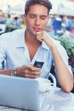 Uomo con il computer portatile all'aperto Fotografie Stock Libere da Diritti