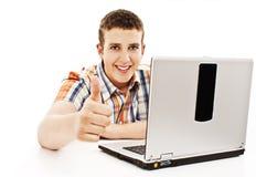 Uomo con il computer portatile che mostra i pollici in su Fotografie Stock