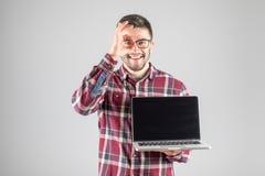 Uomo con il computer portatile che mostra segno GIUSTO Fotografie Stock