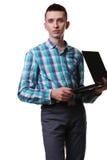 Uomo con il computer portatile della tenuta del microfono su fondo bianco Immagini Stock Libere da Diritti