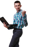 Uomo con il computer portatile della tenuta del microfono su fondo bianco Fotografia Stock