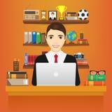 Uomo con il computer portatile Uomo di affari in un vestito che lavora ad un computer portatile alla sua scrivania Su fondo bianc Immagini Stock
