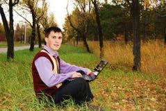 Uomo con il computer portatile esterno. Immagini Stock Libere da Diritti