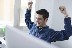 Uomo con il computer portatile nella stanza Immagini Stock Libere da Diritti