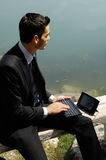 Uomo con il computer portatile sulla natura Fotografie Stock