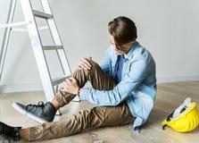 Uomo con il concetto domestico di sicurezza fotografia stock