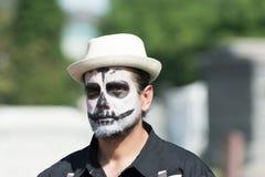 Uomo con il cranio dello zucchero Fotografia Stock