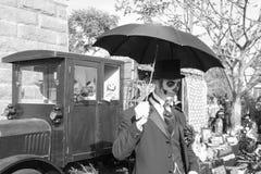 Uomo con il cranio e l'ombrello dello zucchero Immagini Stock Libere da Diritti