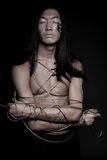 Uomo con il filo di acciaio fotografia stock libera da diritti