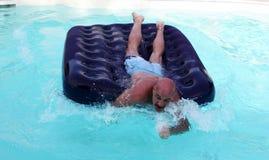 Uomo con il fronte divertente che gioca nell'acqua Immagini Stock Libere da Diritti