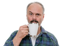 Uomo con il fronte vicino di vetro e l'espressione imbarazzata Fotografie Stock