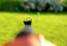 Uomo con il fucile ad aria compressa Immagine Stock