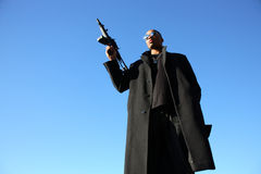 Uomo con il fucile di assalto Immagine Stock