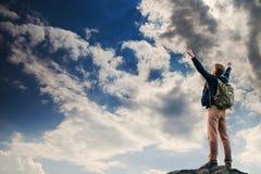 Uomo con il gesto di vittoria sulla cima della montagna Fotografie Stock