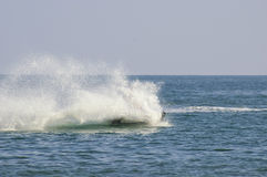Uomo con il getto di acqua nel mare. Fotografia Stock Libera da Diritti
