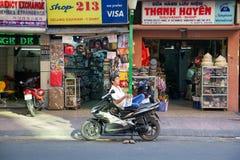 Uomo con il giornale sulla motocicletta fotografia stock libera da diritti