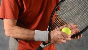 Uomo con il gomito del tennista video d archivio