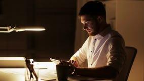 Uomo Con Il Lavoro Del Pc Della Compressa A Tarda Notte Allufficio Video D