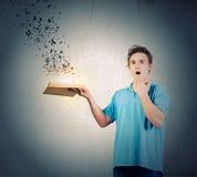 Uomo con il libro Fotografia Stock