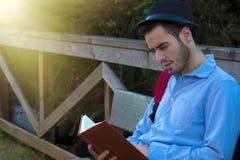 Uomo con il libro Fotografia Stock Libera da Diritti