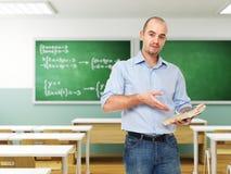 Uomo con il libro in aula Fotografia Stock Libera da Diritti