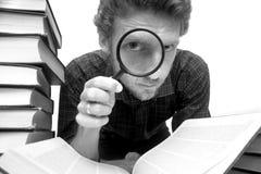 Uomo con il magnifier Fotografie Stock Libere da Diritti
