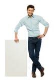 Uomo con il manifesto in bianco fotografia stock