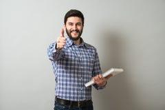 Uomo con il manuale Fotografia Stock