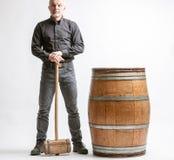 Uomo con il martello ed il barilotto immagine stock