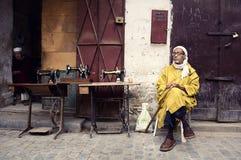 Uomo con il mashine di cucito in Fes immagine stock