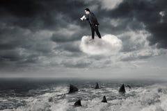 Uomo con il megafono che grida sulla nuvola Immagine Stock