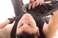 Uomo con il microfono immagine stock