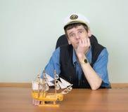 Uomo con il modello di un'imbarcazione di navigazione Fotografia Stock Libera da Diritti