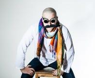 Uomo con il moustache falso e la sciarpa colorata Immagini Stock Libere da Diritti