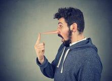 Uomo con il naso lungo Concetto del bugiardo fotografia stock libera da diritti
