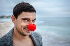 Uomo con il pagliaccio rosso Nose fotografia stock