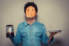 Uomo con il pancake sul suoi fronte e caffè Fotografia Stock