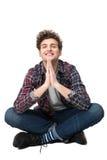 Uomo con il panno casuale che si siede sul pavimento Fotografie Stock