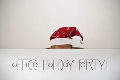 Uomo con il partito di festa dell'ufficio del cappello e del testo di Santa Fotografia Stock Libera da Diritti