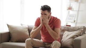 Uomo con il pc della compressa stanco dagli occhiali a casa stock footage